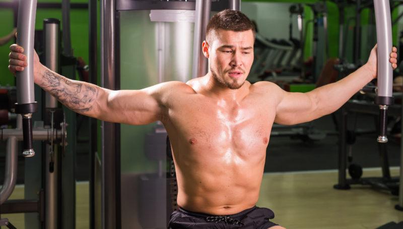 muž cvičiaci v posilňovni