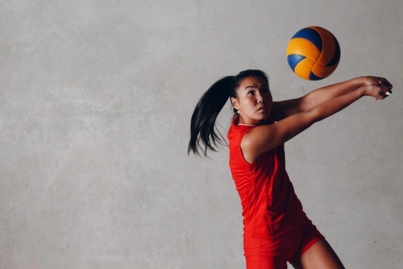 dievča hrajúce volejbal