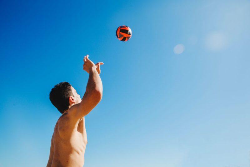 muž hrajúci volejbal