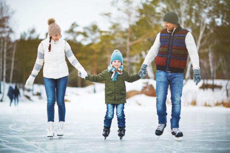 rodičia s dieťaťom na ľade