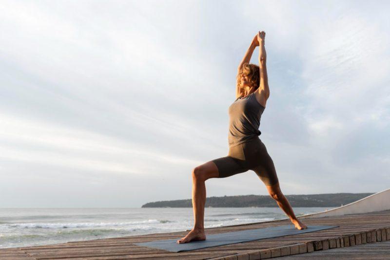 žena, ktorá cvičí jogu