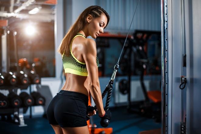 žena, ktorá cvičí
