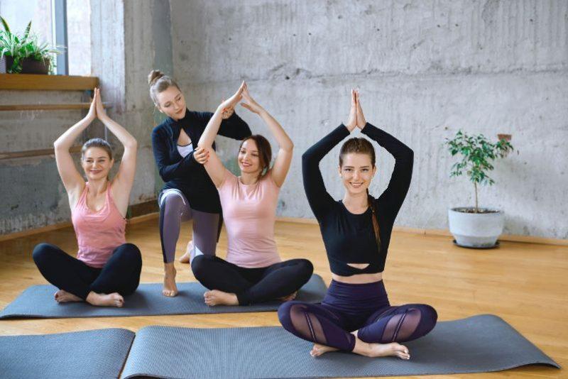 ženy, ktoré cvičia jogu