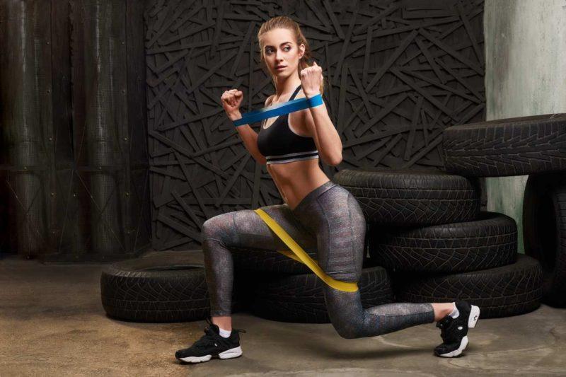 gumy na cvičenie žena v posilňovni