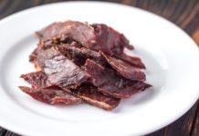 sušené mäso na bielom tanieri beef jerky