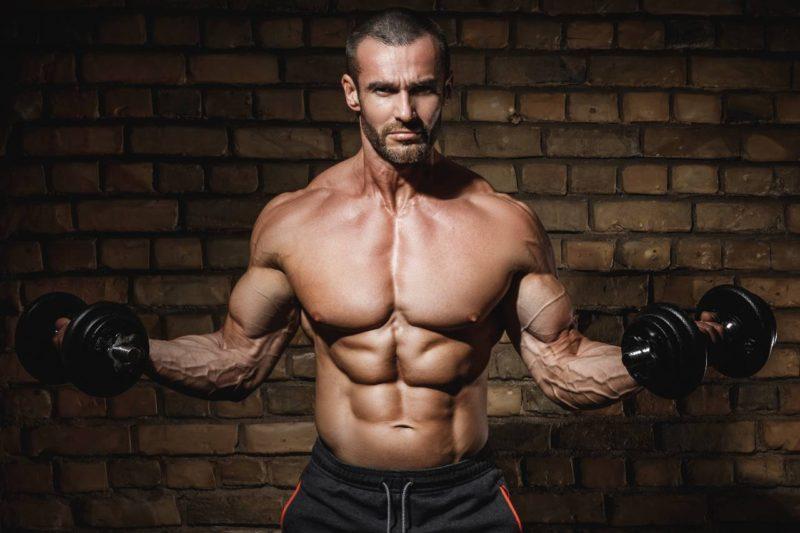 bicepsový zdvih s jednoručnými činkami