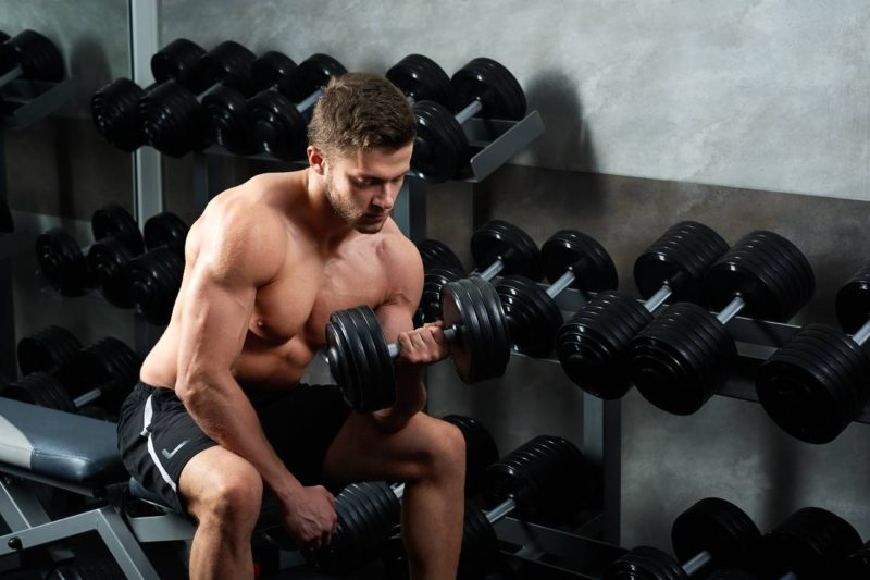 cviky na biceps bicepsový zdvih izolovaný s jednoručkou