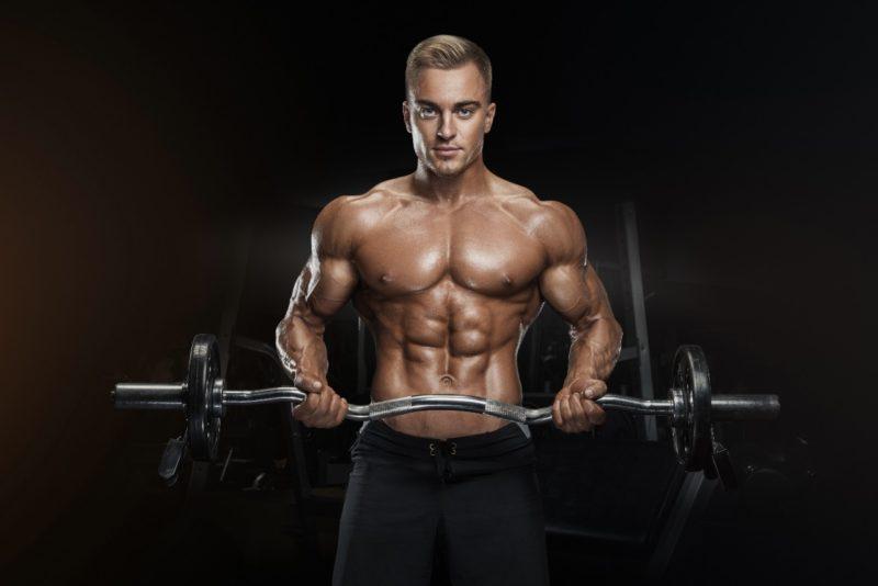muž cvičí cviky na biceps s EZ činkou