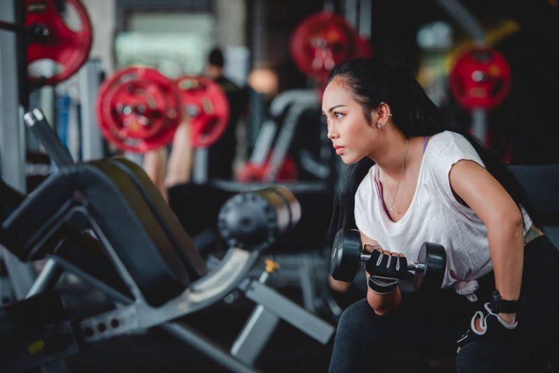 žena cvičí biceps