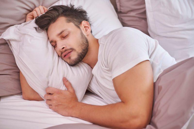 muž spiaci svaly regenerácia kvalitný spánok