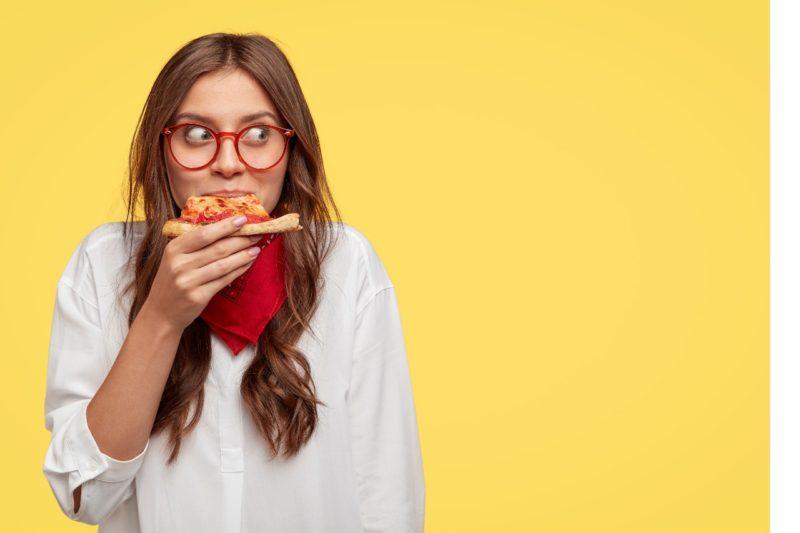 žena je hladná je pizzu cheat meal