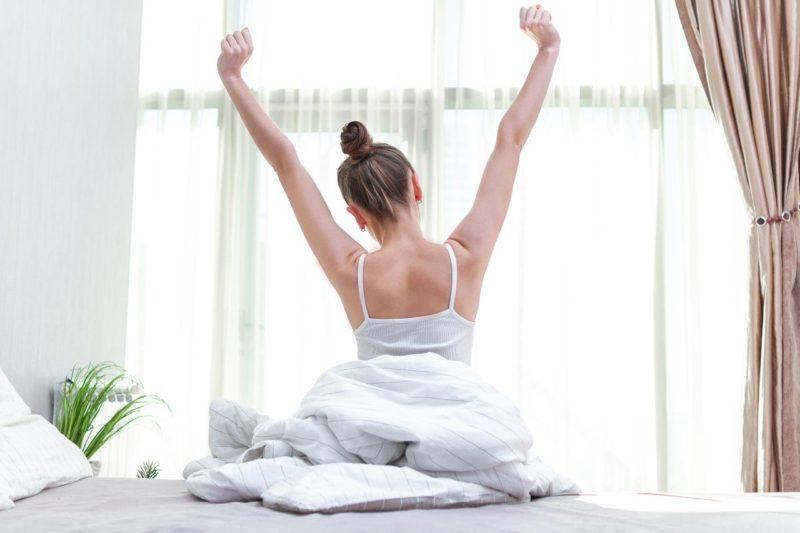 žena sa naťahuje po spánku ráno